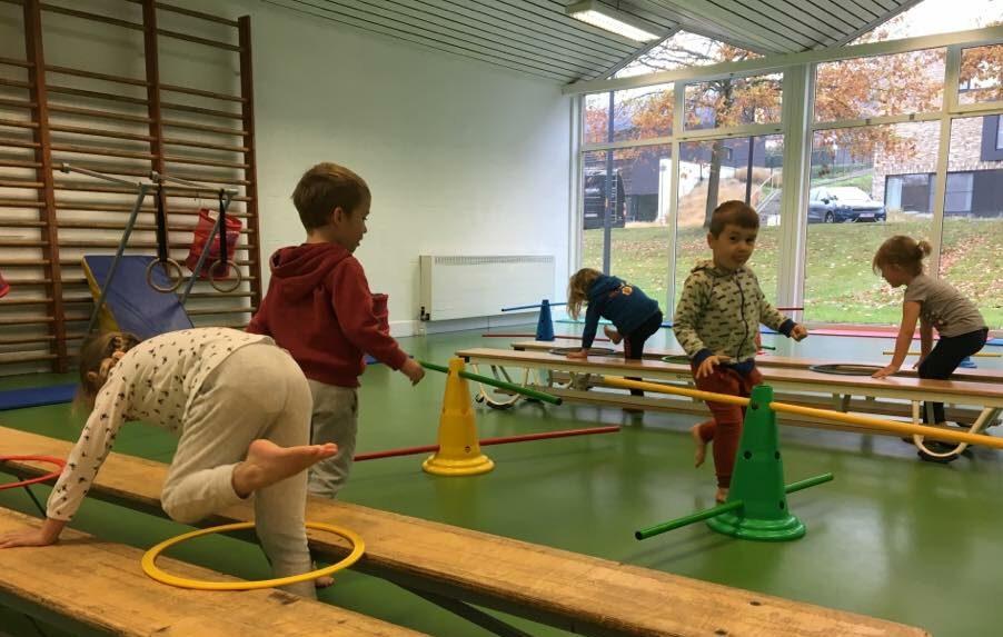 Kinderen spelen over banken - PIT STOP Sport Academy