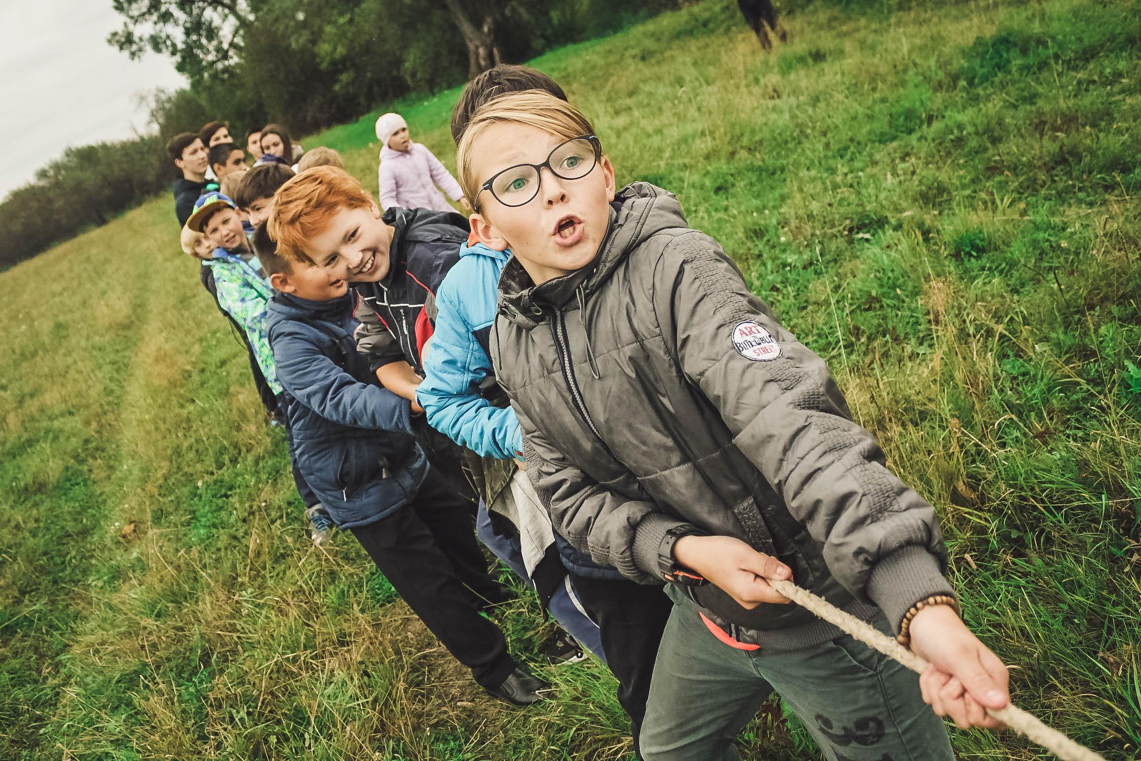 Kinderen doen aan touwtrekken