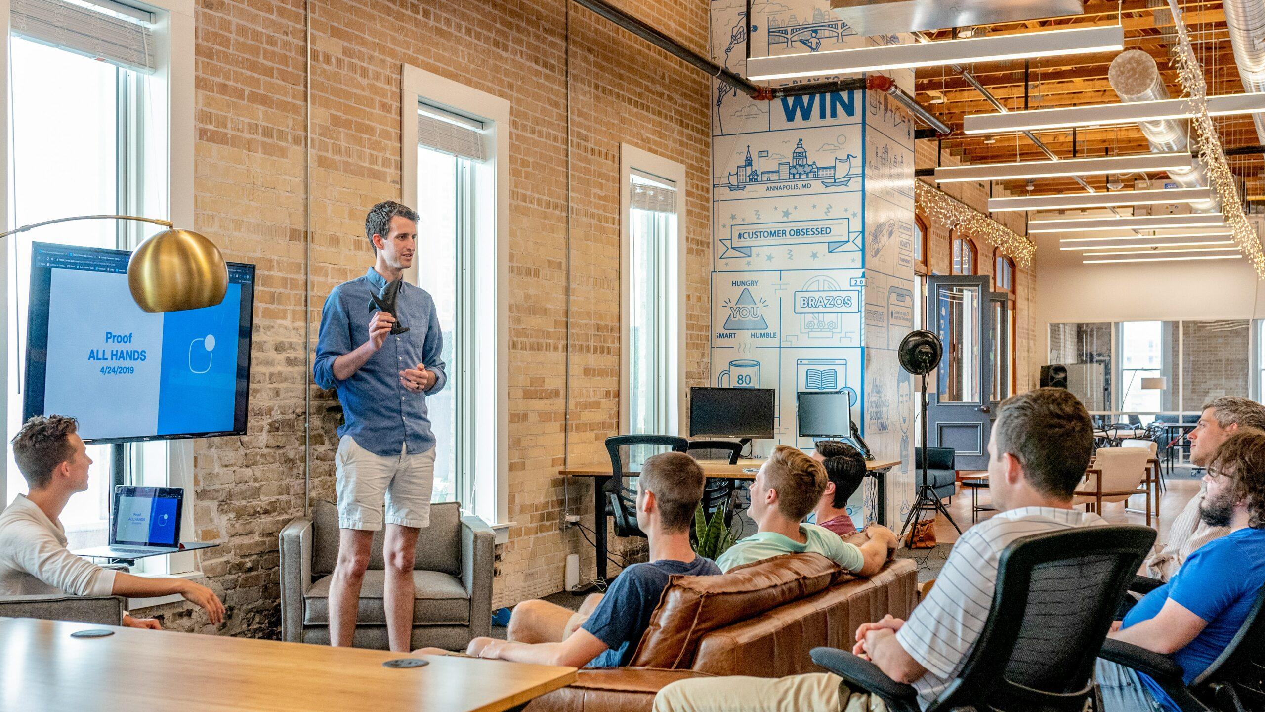 Man geeft een presentatie aan zijn team