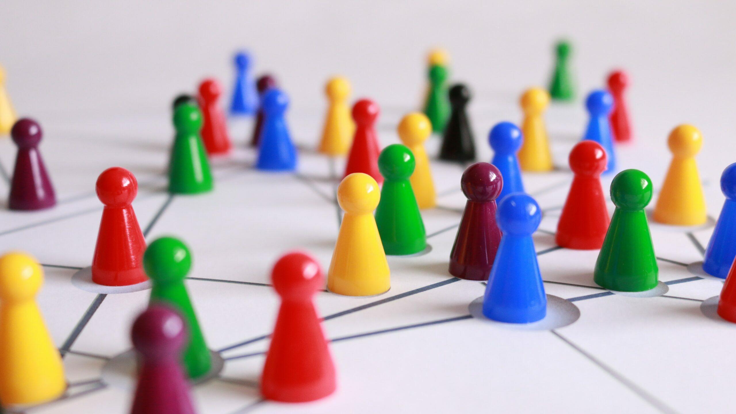 Kleurrijke pionnetjes in een netwerk