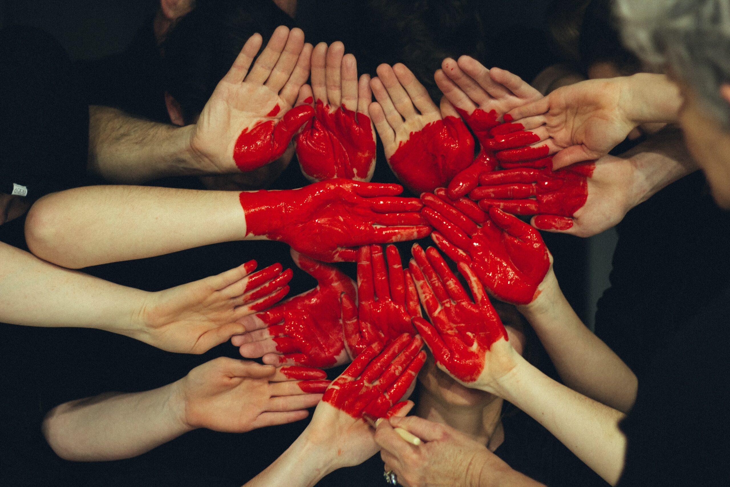 Vele handen zijn geverfd en vormen samen een hart