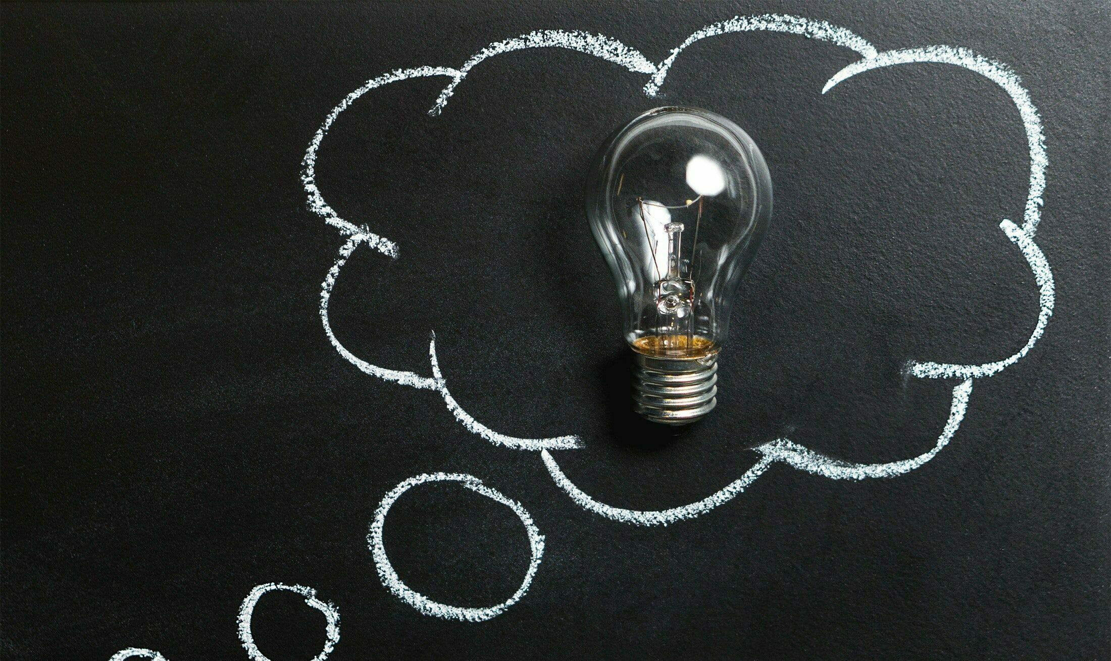ideewolk in krijt met lamp er in